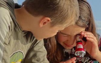 Foto: Schüler beim Mikroskopieren